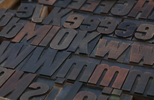 Vecchi blocchi di stampa tipografica tipografica offset vintage in legno
