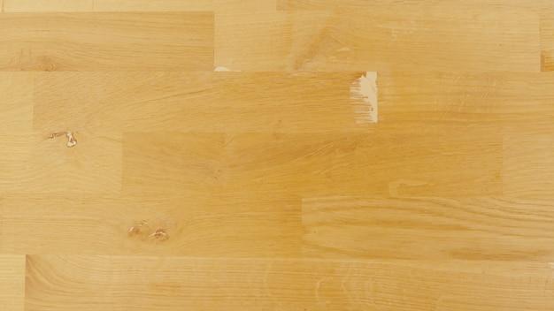 Vecchio fondo della parete in legno, struttura in compensato, pavimento in legno laminato