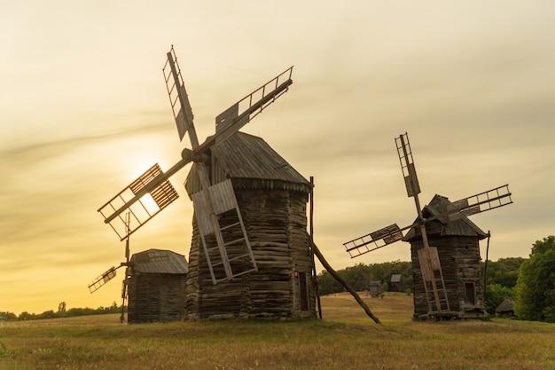 Vecchi mulini a vento in legno al tramonto in stile ucraino che erano popolari nel secolo scorso