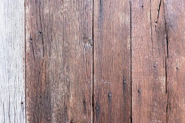 Vecchio tavolo di legno consumato da anni