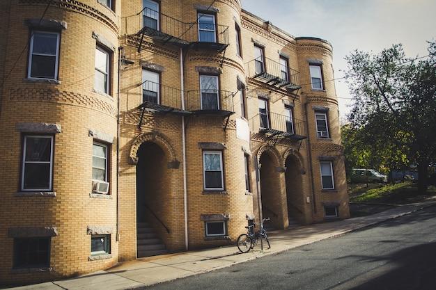 Vecchia casa con mattoni a vista gialla in north end, boston.