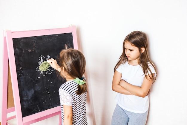 La sorella maggiore si è offesa per il minore