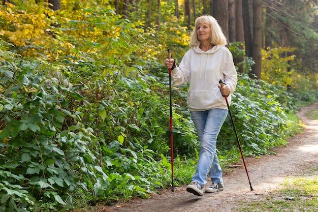 Donna anziana che fa trekking all'esterno