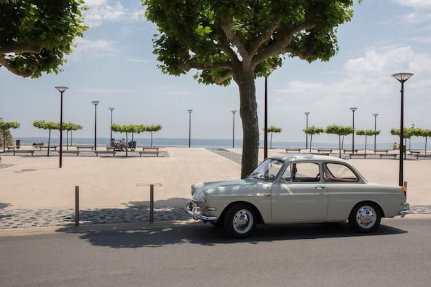 Oldtimer auto vintage in spiaggia