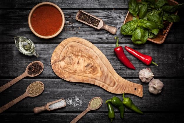Tavola di legno di olice con spezie diverse