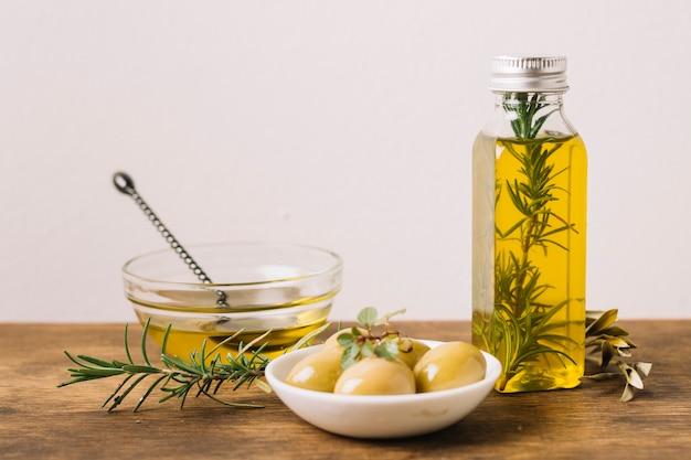 Bottiglia di olio d'oliva con rosmarino e olive