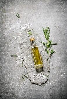 Olio d'oliva in bottiglia al rosmarino e sale.