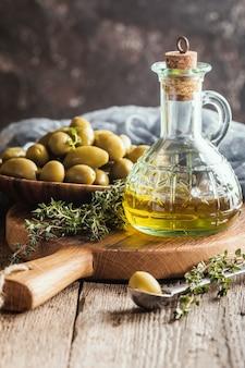 Olio d'oliva e ciotola di olive