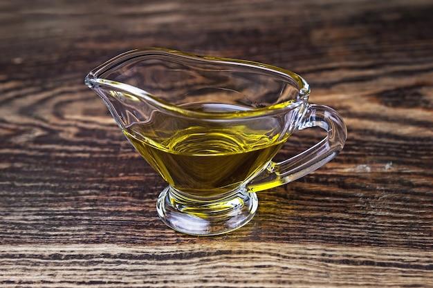 Olio d'oliva in una salsiera di vetro
