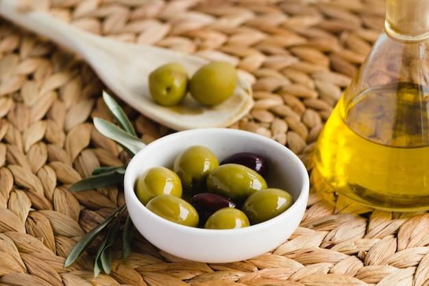 Olio d'oliva e olive, tipici della spagna