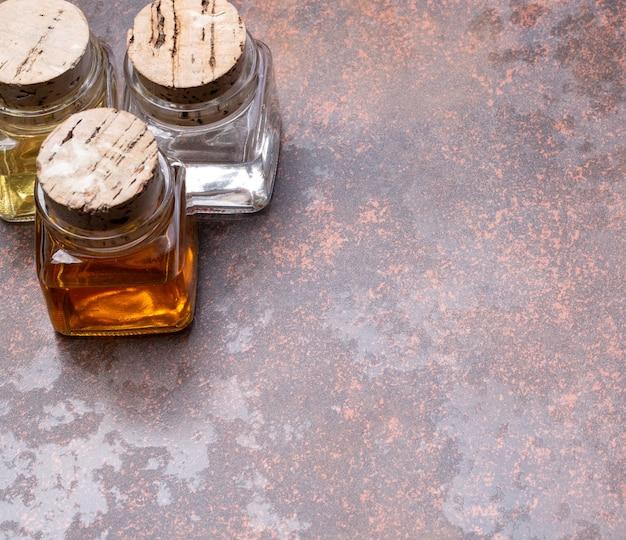 Bottiglie di olio d'oliva e aceto su fondo rustico con spazio di copia