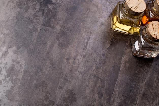 Olio d'oliva e aceto su uno sfondo di legno con spazio di copia
