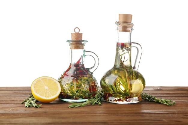Olio d'oliva con spezie, su bianco
