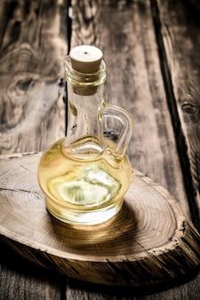 Olio d'oliva su tavola di legno