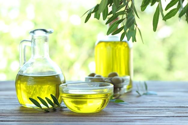 Olio d'oliva su un tavolo di legno all'esterno