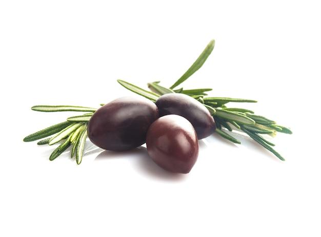 Calamata di olive con foglie isolate su bianco