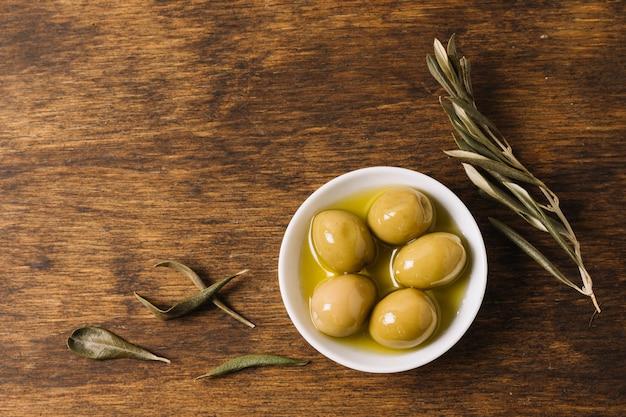 Olive al rosmarino con copia-spazio