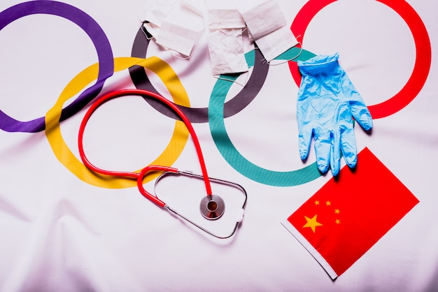 Bandiera olimpica nascosta con forniture mediche durante la cancellazione delle olimpiadi di tokyo.