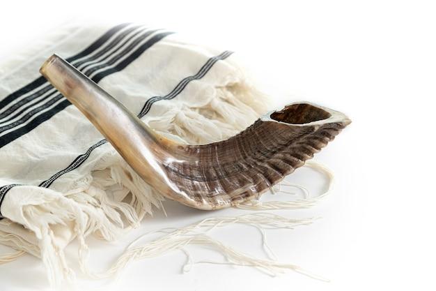 Om kippur. tallit, shofar su sfondo bianco. isolato