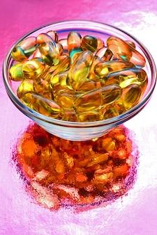Capsula omega 3. in una ciotola di vetro