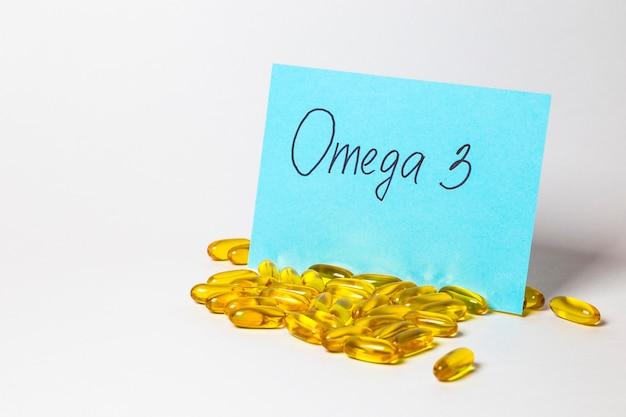 Omega 3 in capsule isolati su sfondo bianco