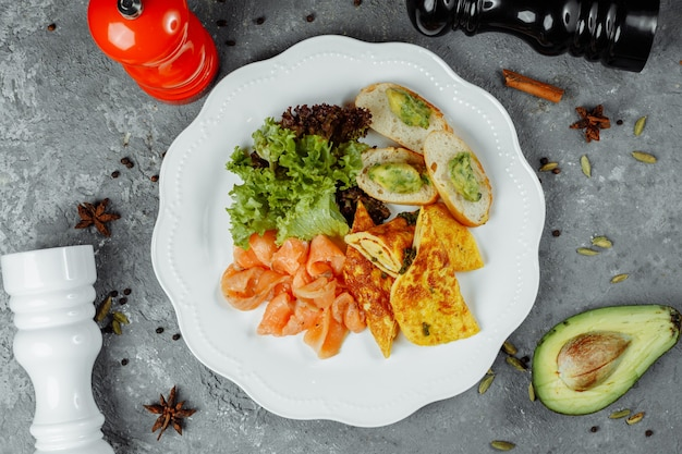 Frittata con pesce rosso e verdure, bella porzione.