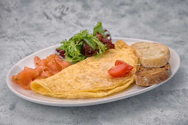 Frittata con salmone, erbe aromatiche e ciabatta, su una superficie leggera