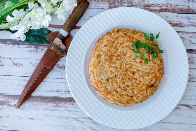 Frittata e frittata di pasta intera su un piatto. vista aerea. prendere il paesaggio. copia spazio.