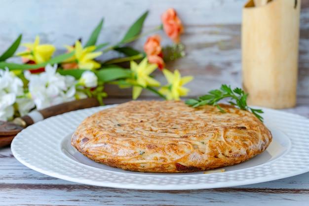 Frittata e frittata di pasta intera su un piatto. vista normale. prendi il paesaggio.