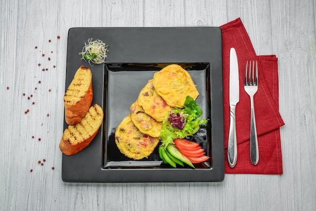 Frittata con salmone affumicato e broccoli su un piatto