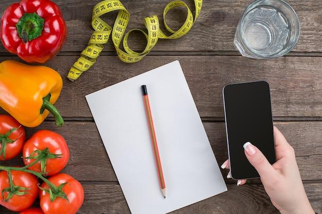 Piano dimagrante dieta oncept con vista dall'alto di verdure mock up