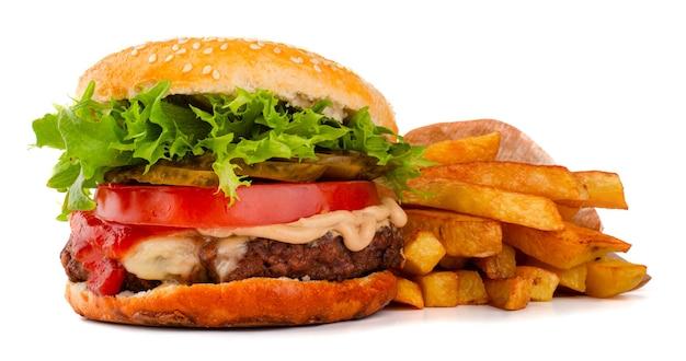 Un grande classico hamburger hamburger cheeseburger con patatine fritte isolato su sfondo bianco