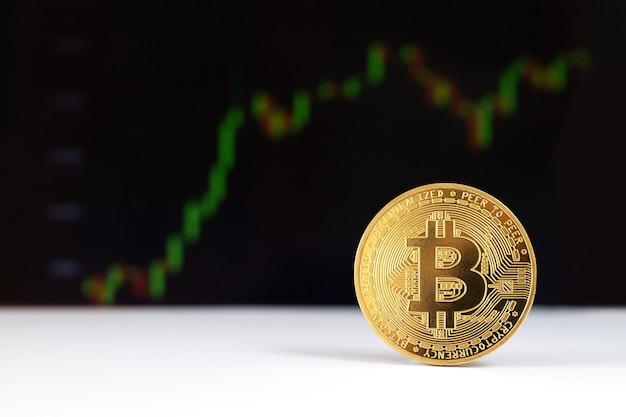 Una criptovaluta virtuale bitcoin sul primo piano della superficie del grafico