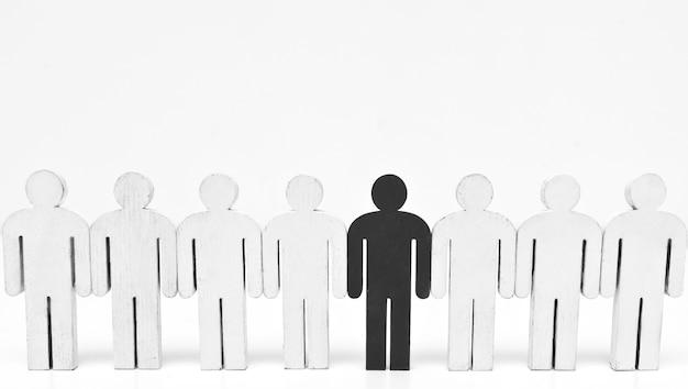 Una figura di persona nera tra quelle bianche.