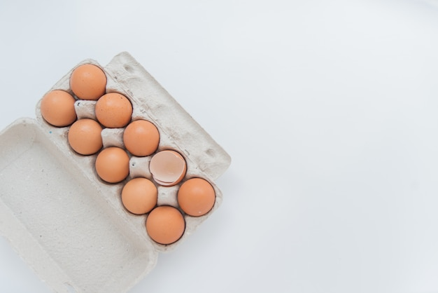 Un uovo rotto in confezione di cartone