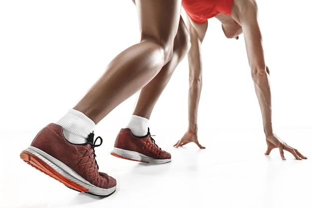 L'unica silhouette femminile caucasica del corridore che corre e salta su sfondo bianco per studio. il velocista, il jogger, l'esercizio, l'allenamento, il fitness, l'allenamento, il concetto di jogging. vista posteriore