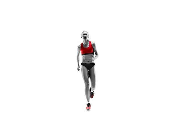 L'unica silhouette femminile caucasica del corridore che corre e salta su sfondo bianco per studio. il velocista, il jogger, l'esercizio, l'allenamento, il fitness, l'allenamento, il concetto di jogging.