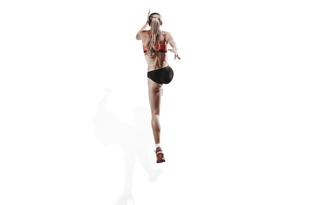 L'unica silhouette femminile caucasica del corridore che corre e salta sullo studio bianco
