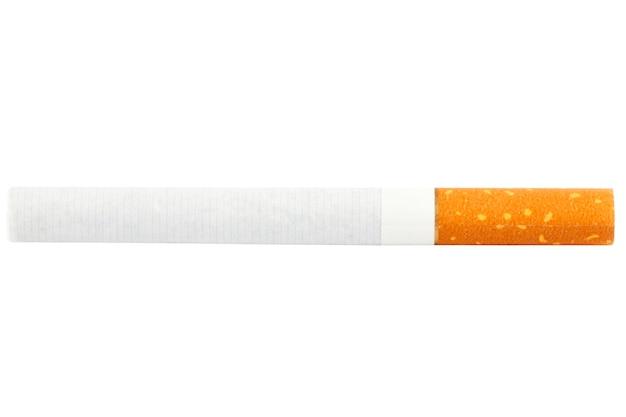 Una sigaretta isolata sullo sfondo bianco