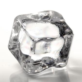 Un cubetto di ghiaccio su uno sfondo bianco da vicino