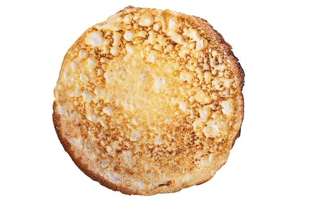 Un pancake fritto isolato su sfondo bianco, vista dall'alto
