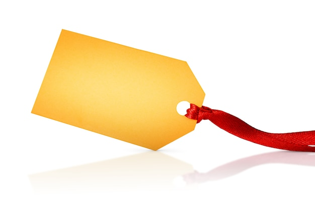 Un'etichetta d'oro con nastro rosso su sfondo bianco isolato