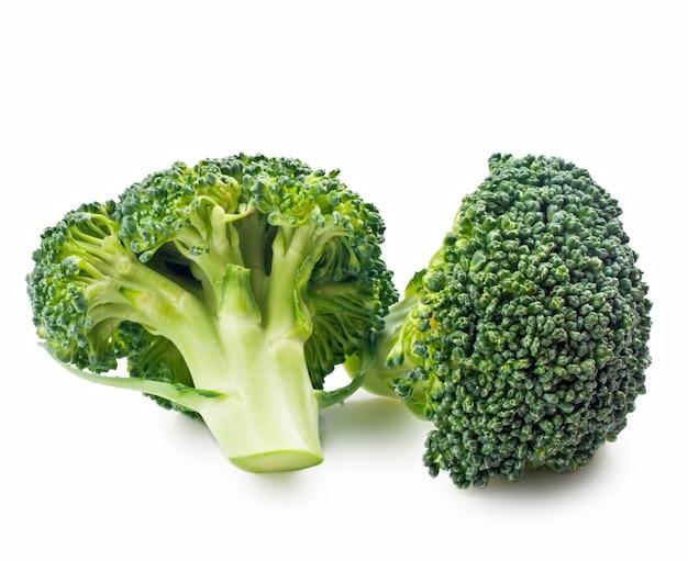 Un broccolo verde isolato su sfondo bianco