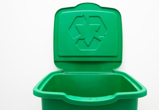 Un bidone della spazzatura verde per lo smistamento dei rifiuti. per plastica, vetro o carta