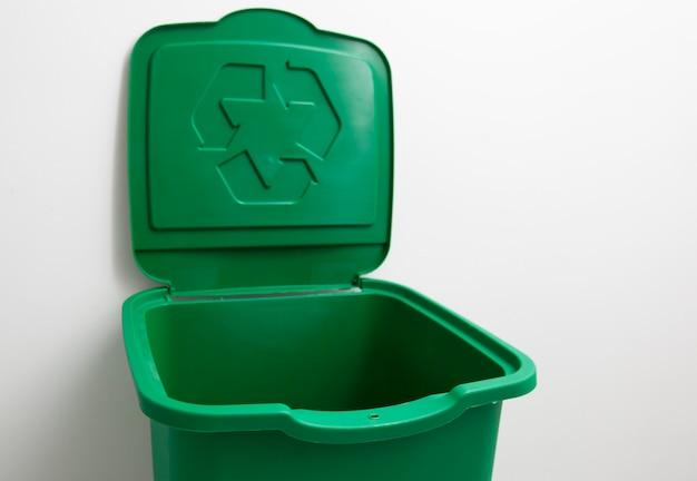 Un bidone della spazzatura verde per lo smistamento dei rifiuti