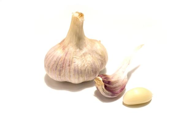 Una testa d'aglio e due spicchi d'aglio. isolato su sfondo bianco. foto di alta qualità