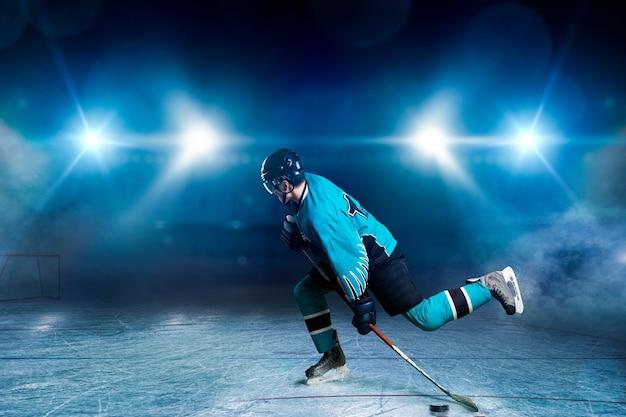 Un giocatore di hockey che pattina sull'arena del ghiaccio