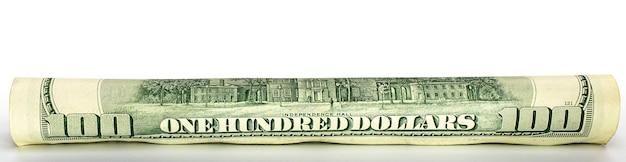 Banconota da cento dollari arrotolata in un tubo primo piano isolato sfondo bianco