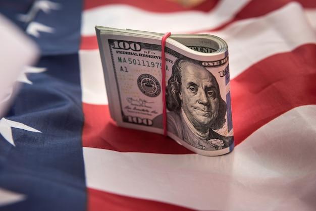 Un centinaio di dollari usa con bandiera degli stati uniti. salvare il concetto