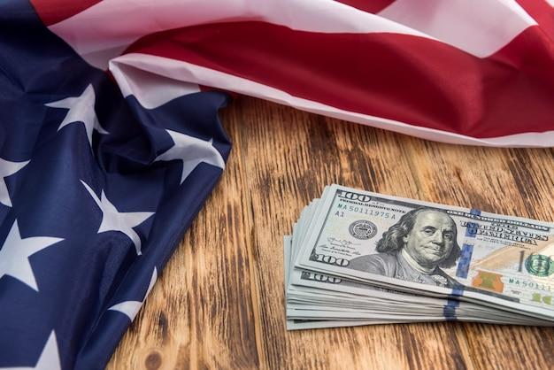 Cento dollari usa con la bandiera degli stati uniti. salva il concetto